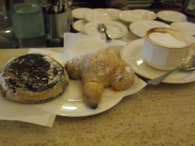 Cappuccino, Hefeteilchen und ein Schokoladen-Brioche